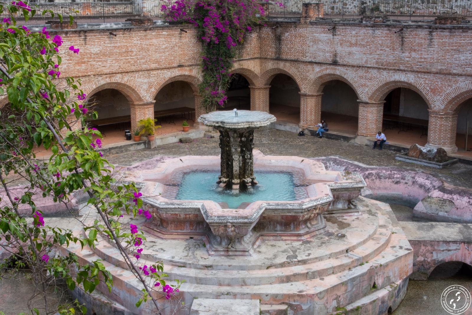 Dziedziniec klasztoru przy Iglesia de La Merced.