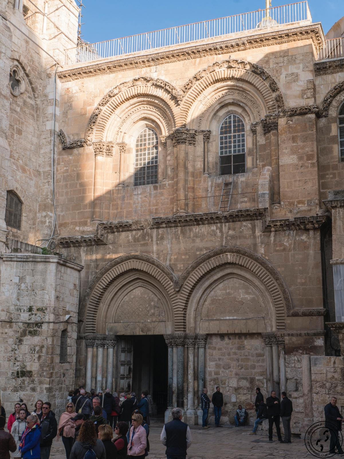 Wejście dobazyliki Grobu Świętego.